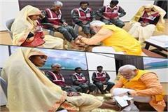 pm modi honored the feet of clean holders honored