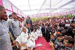 this time 2 camps mulayam holi in saifai shivpal celebrate different