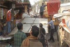 lok sabha elections banner hoarding unloading work