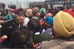 ludhiana congress mp and mayor on the road to close toll plaza