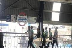 woman suicide at noida sector 16 metro station