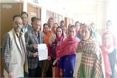 people handover the memorandum to sdm