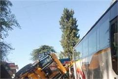 confrontation between jcb and tourist bus in shimla