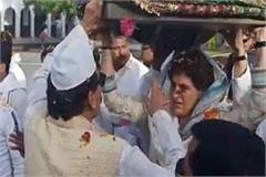 priyanka gandhi climbed a cloth in the goddess sharif