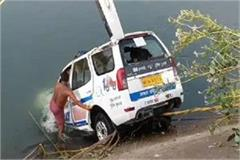 dial 100 s carriage collapses in the canal the driver and driver s death