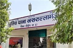 looted rs 2 lakh by assaulting the bank officer