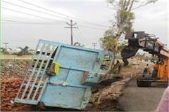 meerut four die of tractor trolley overturn