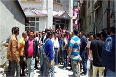 taxi drivers slogan against sdm manali