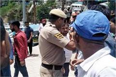 fight between taxi driver and police personnel
