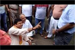 bjp leader crying bitterly by splitting sp s foot on the middle road