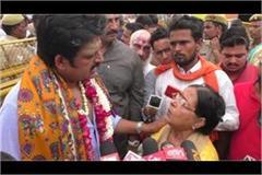 mp ravi kishan had to help the elderly woman