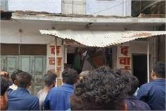 2 killed 4 injured in old house collapse