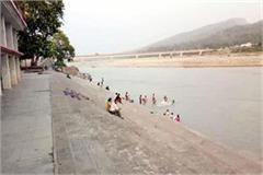 people bath in yamuna river