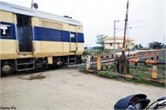 big negligence of the railway employee open gate at the time of train