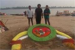 making sand art at sangam