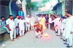 cm khattar s effigy burnt in protest against demolition of temple
