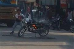 a boy set a bike on fire after cutting a challan of 5 thousand