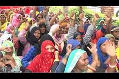 mid day meal workers shouted slogans against the government