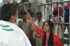 outside shri bankey bihari temple girl uproar