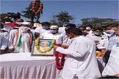 former cm kamal nath paid tributes to gandhi statue