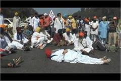 farmers lying middle of the national highway against farmers bill