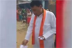 minister bisahulal was seen distributing notes to the public