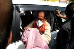 girl lying in front of cm shivraj s car