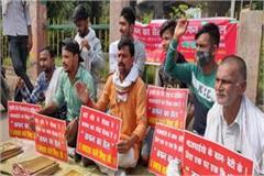congress seva dal protested by putting  cell  of kafan