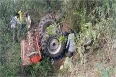 the tractor overturned in the slum uncontrollably the teenager