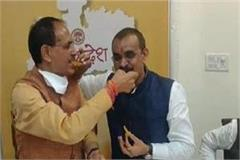 shivraj singh chauhan celebrates by eating jalebi towards victory in mp
