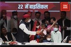 akhilesh yadav celebrated birthday of  khazanchi  metro