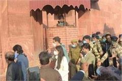 actors akshay kumar sara ali khan arrive in agra to shoot