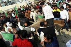 noida 81 village farmers gathered at mahamaya flyover ready to travel to delhi