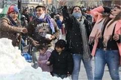 tourists enjoying snowfall in himachal