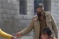ranital police providing masks to individuals without masks