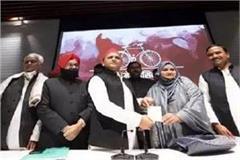 sumayya rana daughter of munawar rana begins political innings joined sp