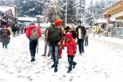 mall road of manali becomes snow point for tourists