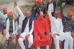 members of bundelkhand justice army shaved heads in support of kisan agitation