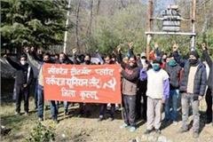 workers of sewerage treatment plant opened front against contractor