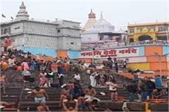the gathering of devotees on the ghats on makar sankranti