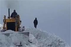 roads blocked by snowfall in kullu