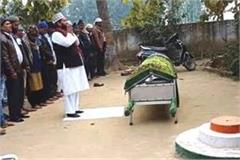 prayers are offered in the school by placing the corpse in front