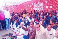 slogans against police for not resolving robbery