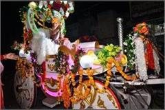bhiwani sitting in a buggy and removing a band with a musical instrument