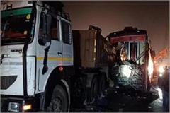 big crash on agra lucknow expressway bus collision with truck 14 killed