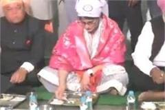 priyanka tasted the langar while sitting on the ground
