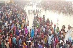 devotees take a holy dip in triveni on maghi purnima