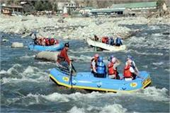 tourists enjoying rafting in the waves of beas