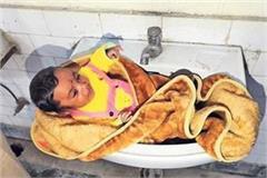 mother left child in toilet washbasin