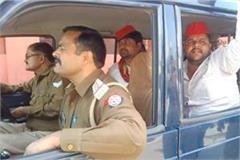 sp leaders show black flag to deputy cm keshav in maharajganj